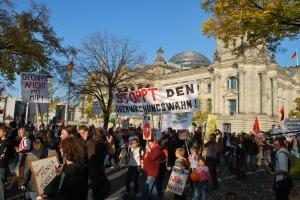 Der Demozug vor dem Reichstag