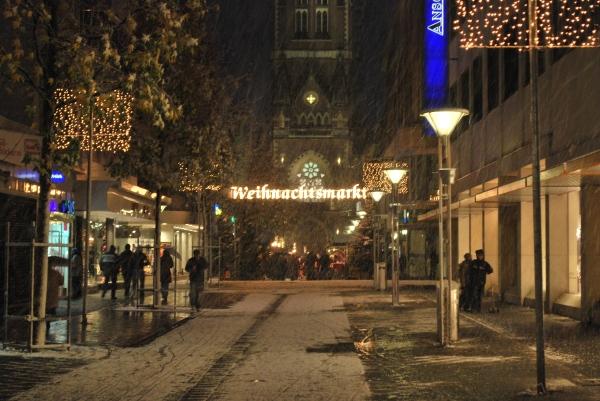 Der Weihnachtsmarkt hatte schon seine Pforten geöffnet...