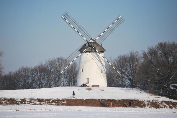 Ganz so weiß wie der Schnee ist die Mühle zwar nicht, aber trotzdem bietet sie einen dekorativen Anblick...